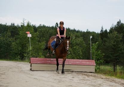 Ina og hesten Lady på feltrittstrening